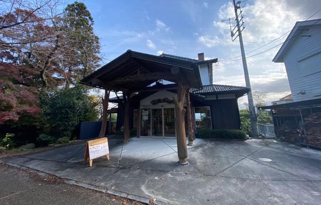 富山市呉羽山の紅葉、穴場紅葉スポットの「桜の広場展望台」のカフェ「ころがし」店舗外観