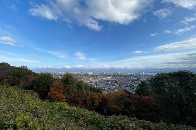富山市呉羽山の紅葉、穴場紅葉スポットの「桜の広場展望台」の見晴らし