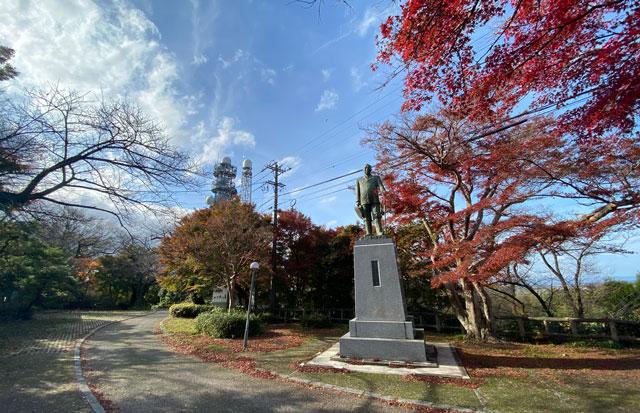 富山市呉羽山の紅葉、穴場紅葉スポットの「桜の広場展望台」の銅像