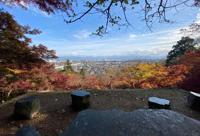 富山市呉羽山「長慶寺五百羅漢」の紅葉と休憩所