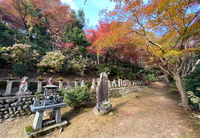 富山市呉羽山「長慶寺五百羅漢」の紅葉、前面から
