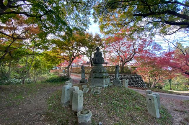 富山市呉羽山の紅葉、穴場紅葉スポットの「桜の広場展望台」の地蔵の広場