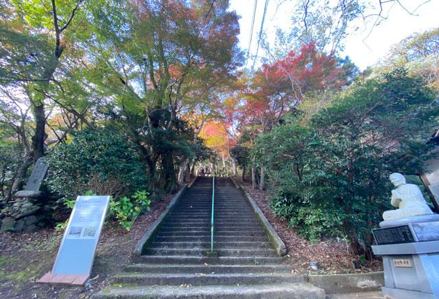 富山市呉羽山「長慶寺五百羅漢」の長慶寺から五百羅漢への階段