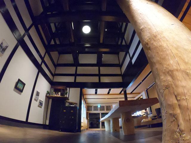 富山市岩瀬、枡田酒造の満寿泉100種を立飲みできる沙石(させき)の店内2