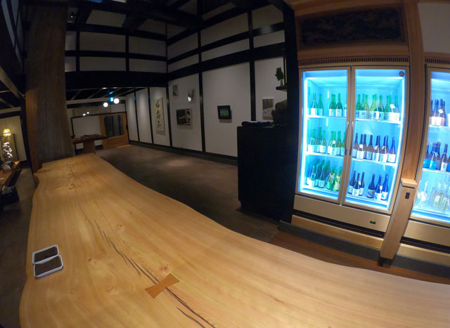 富山市岩瀬、枡田酒造の満寿泉100種を立飲みできる沙石(させき)の店内