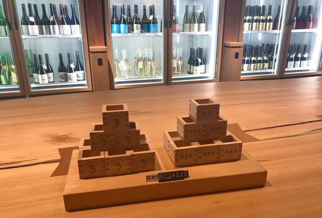 富山市岩瀬、枡田酒造の満寿泉100種を立飲みできる沙石(させき)の試飲用のマス