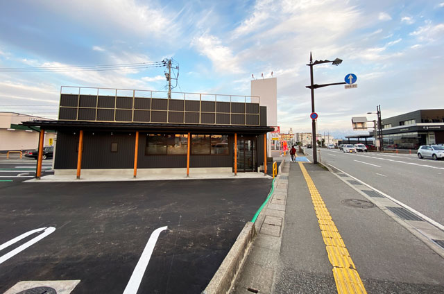 新庄にある麺屋豚道場の2号店「豚道場ぶた壱」を北陸銀行側から見たところ