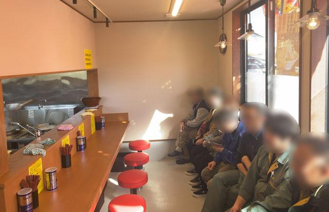 新庄の二郎系ラーメン「麺屋豚道場ぶた壱」の店内待ち席