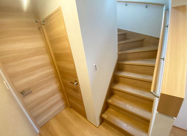 富山市上二杉のミタホームのオープンハウスの階段