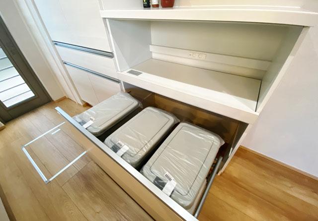 富山市上二杉のミタホームのオープンハウスのキッチンのゴミ箱
