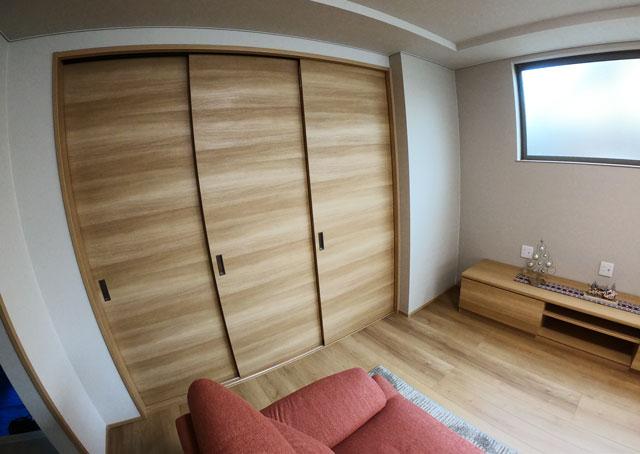富山市上二杉のミタホームのオープンハウスの1階の和室とリビングのしきり