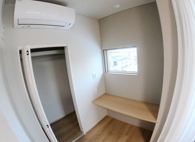 富山市上二杉のミタホームのオープンハウスの2階寝室の棚とクローゼット
