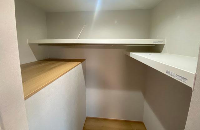 富山市上二杉のミタホームのオープンハウスの2階寝室のウォークインクローゼット