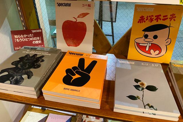 富山市中央通りにある単館映画館ほとり座のカフェ「HOTORI SANDWICH&TEA」店内の本
