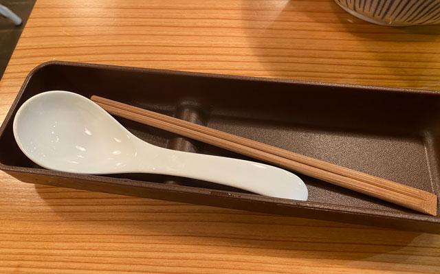 富山市中央通りにある単館映画館ほとり座のカフェの箸