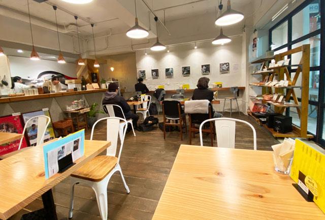富山市中央通りにある単館映画館ほとり座のカフェ「HOTORI SANDWICH&TEA」の店内