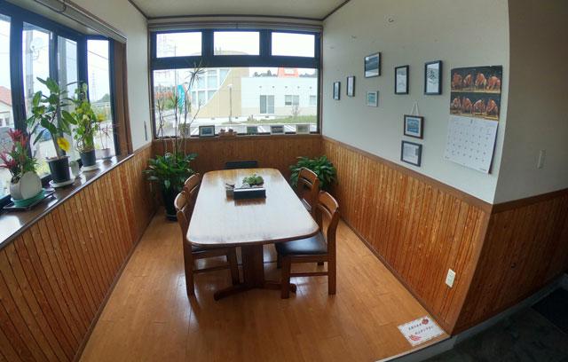 富山市二俣、富山IC近くにある「海鮮屋まるなん」の飲食スペース(小上がりテーブル席)