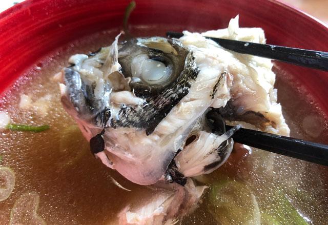 富山市二俣、富山IC近くにある「海鮮屋まるなん」のあら汁の黒鯛の頭
