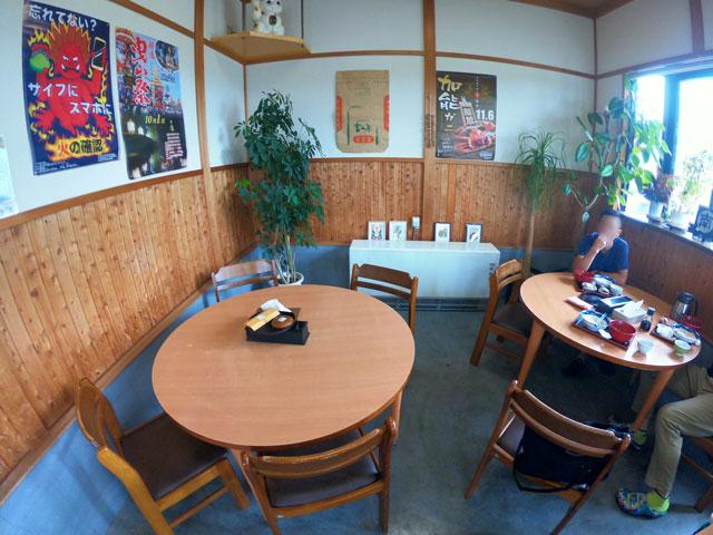 富山市二俣、富山IC近くにある「海鮮屋まるなん」の飲食スペース(テーブル席)