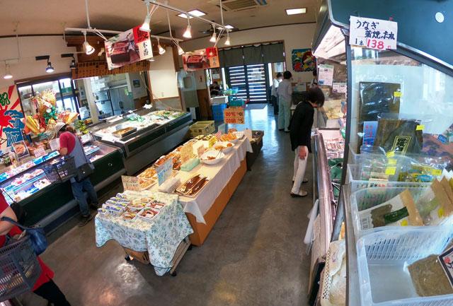 富山市二俣、富山IC近くにある「海鮮屋まるなん」の刺身などの惣菜コーナー