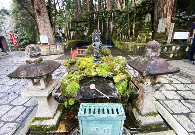 上市町の大岩山日石寺の六本瀧の賽銭箱