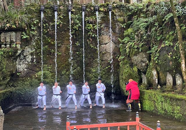 上市町の大岩山日石寺の滝行