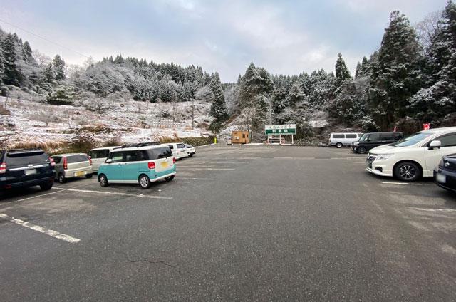 上市町の大岩山日石寺の駐車場