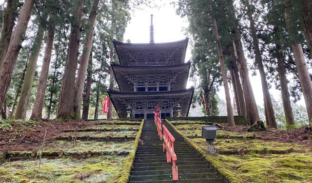 上市町の大岩山日石寺の三重塔