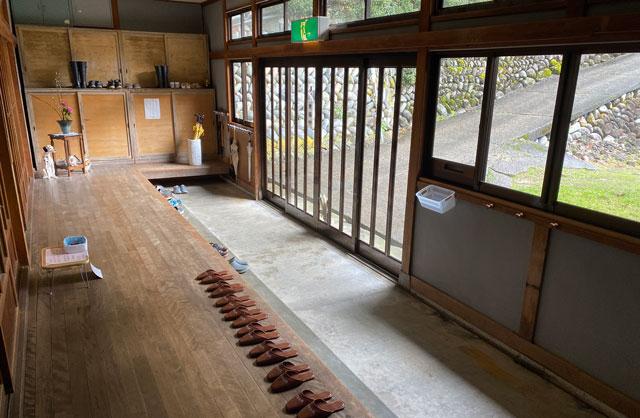 富山県南砺市の秘境温泉「湯谷温泉旅館(ゆだにおんせんりょかん)」の玄関
