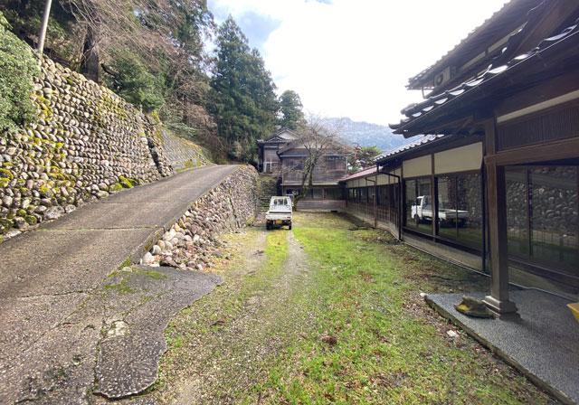 富山県南砺市の秘境温泉「湯谷温泉旅館(ゆだにおんせんりょかん)」の庭