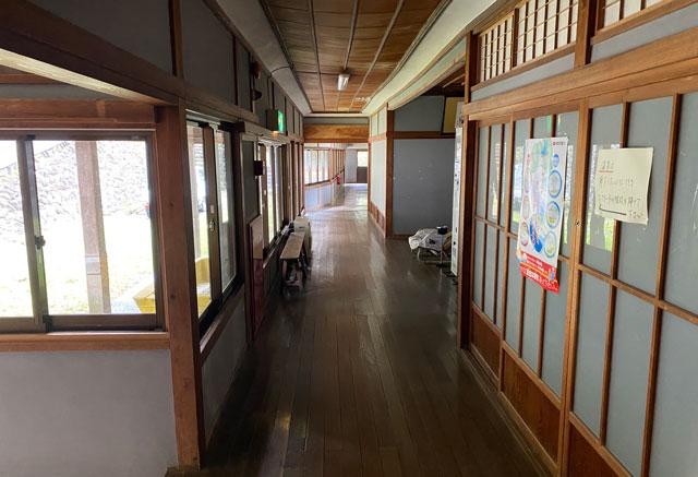 富山県南砺市の秘境温泉「湯谷温泉(ゆだにおんせん)」の長い廊下