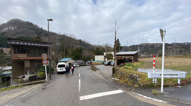 富山県南砺市の秘境温泉「湯谷温泉(ゆだにおんせん)」の駐車場から下り