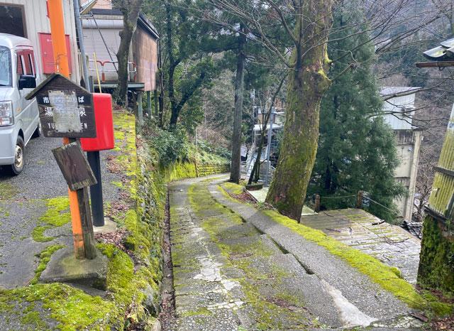 富山県南砺市の秘境温泉「湯谷温泉(ゆだにおんせん)」の湯谷温泉私設バス停横の下り坂