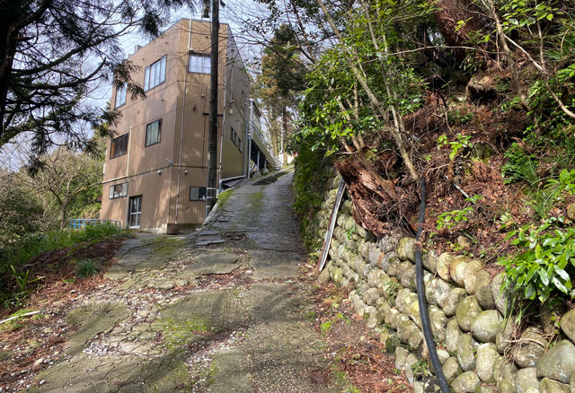 富山県南砺市の秘境温泉「湯谷温泉(ゆだにおんせん)」の下り坂はガタガタ