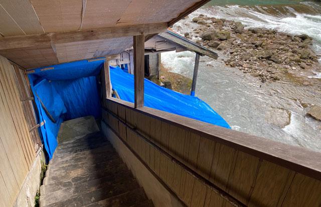 富山県南砺市の秘境温泉「湯谷温泉(ゆだにおんせん)」の外の道