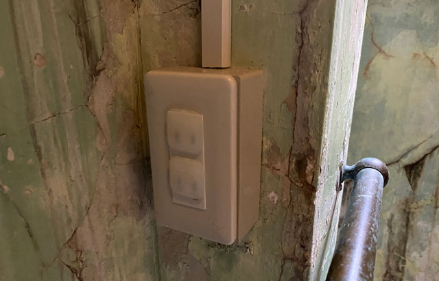 富山県南砺市の秘境温泉「湯谷温泉(ゆだにおんせん)」の着替え場所の電気スイッチ