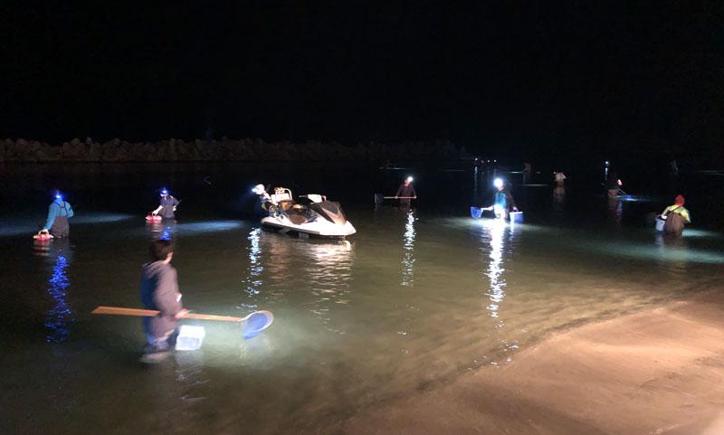 富山県富山市のホタルイカの身投げスポット岩瀬浜のボート