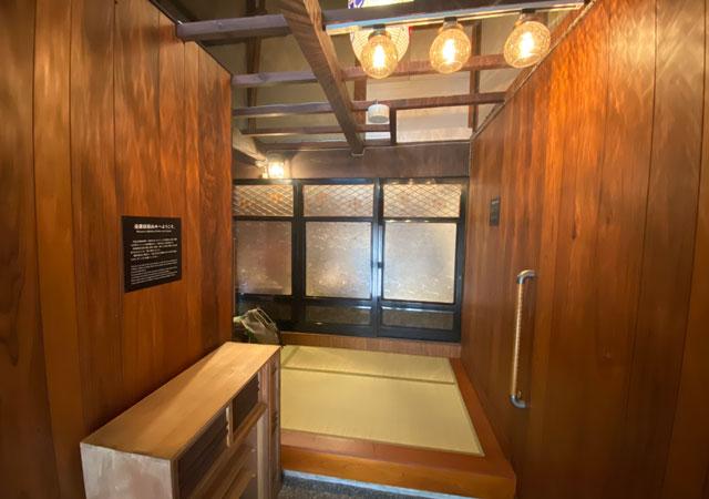 富山県富山市岩瀬の売薬宿屋「山キ」の玄関