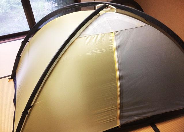 自宅の室内でキャンプ