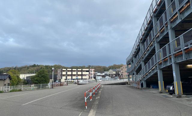 ノースランドボウル呉羽、ボーリング場の入口から見た立体駐車場