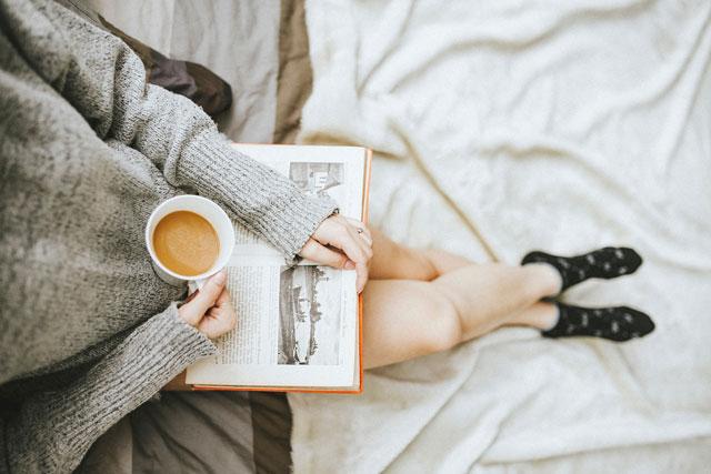 自宅でのんびり読書を楽しむ