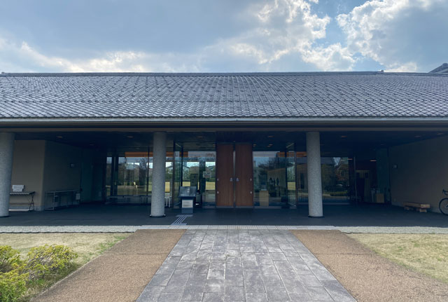 富山市五福の富山県水墨美術館の建物正面入り口