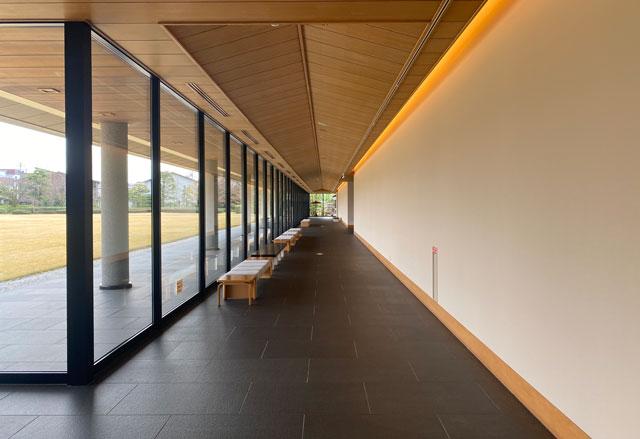 富山市五福の富山県水墨美術館の長い廊下