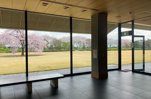 富山市五福の富山県水墨美術館のシダレザクラがある中庭への扉