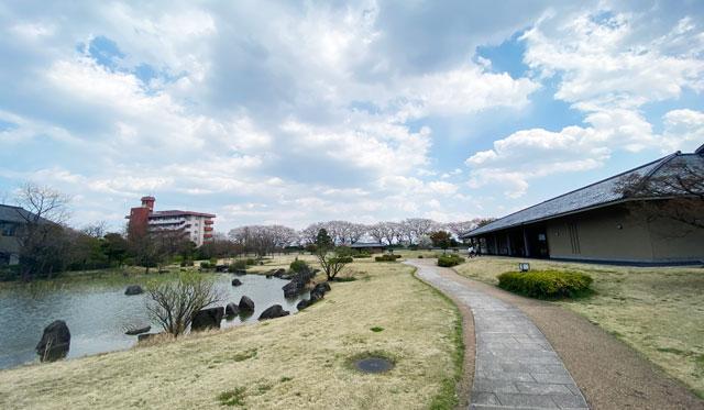 富山市五福の富山県水墨美術館の前庭