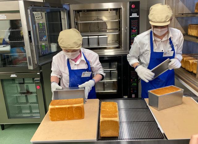 入善町の高級食パン専門店「不思議なじいさん」の食パンを取り出すところ