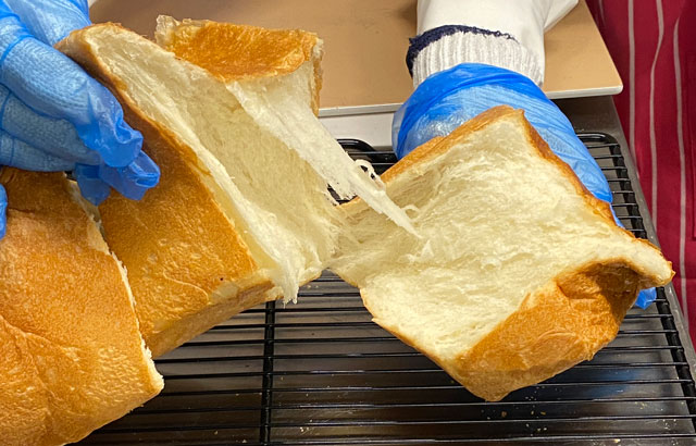 入善町の高級食パン専門店「不思議なじいさん」の食パンをちぎったところ