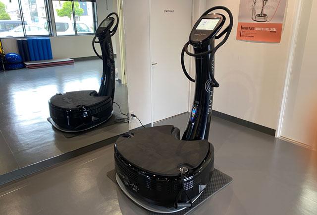 富山市二口町の接骨院プロデュースのセミパーソナルジム「ゆめたかトレーニングジム」のパーソナルで使う器具パワープレート
