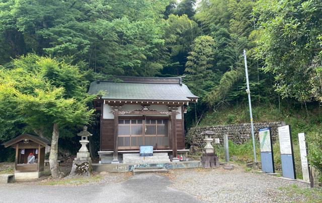 富山市婦中町安田の朝日の滝の御堂