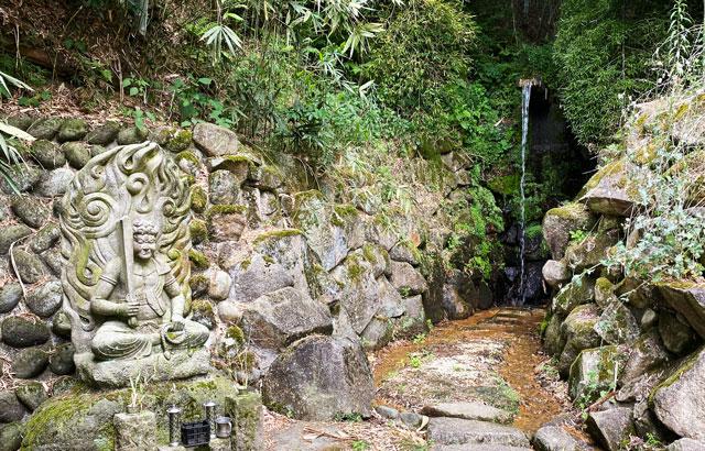 富山市婦中町安田の朝日の滝と不動明王